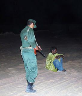 Migrante bloccato da un gendarme algerino nella notte nel deserto