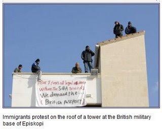 Iraqeni protestano sul tetto di un palazzo a Episkopi, in una SBA di Cipro
