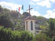 TORRE DE LA IGLESIA DE LA SANTA CRUZ, EN IGUALA. AL FONDO LA BANDERA...