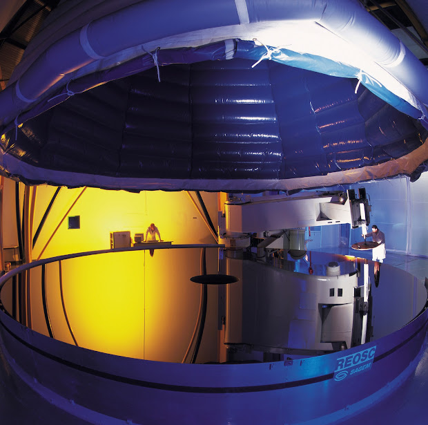 The 8.2-m Very Large Telescope main mirrors: near-perfect optics