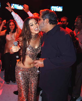 Vijay Mallya Kissing Sophie Chaudhary at Party Pictures,Photos ...