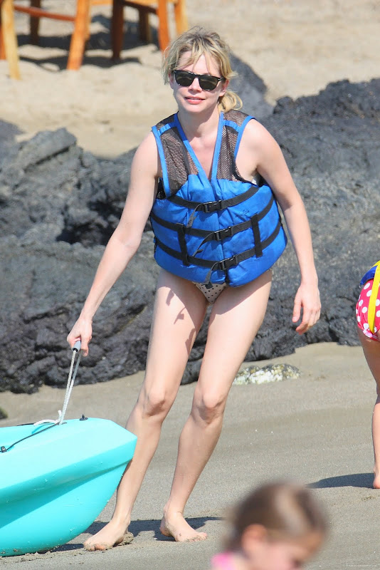 Preppie Michelle Williams on vacation in Hawaii Dec.20 2009