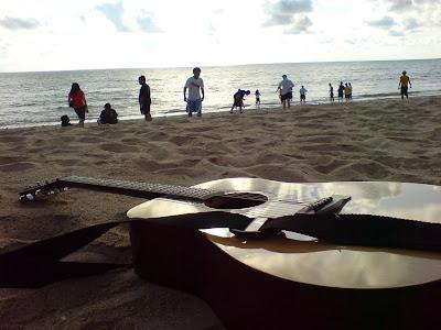 http://1.bp.blogspot.com/_s8ONMiavHks/RmBhOlo8f8I/AAAAAAAAAHE/X5BtIq1kdcg/s400/Guitar+On+Beach+2.JPG