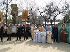 Preotii bisericii impreuna cu credinciosii