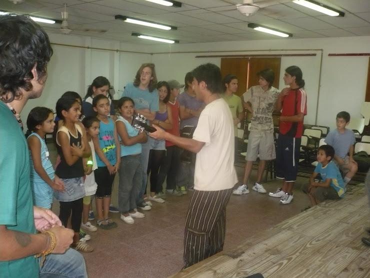el choli dando un taller de canto