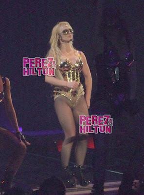 Công chúa nhạc Pop Britney 'lộ hàng' ngay trên sân khấu