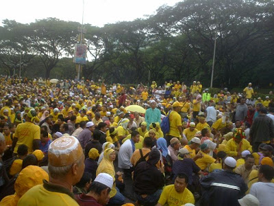 huge crowd of BERSIH marchers near Iatana