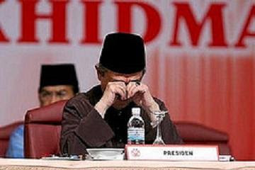 sleepy Abdullah Badawi rubbing his eyes