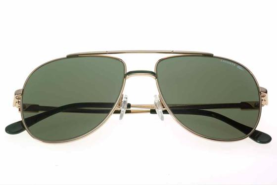 c0615faedbc80 Os óculos aviador já são antigos conhecidos dos fashionistas e já viraram  peça-ícone que quase todos tem pelo menos um no guarda-roupa. A Lacoste  também tem ...