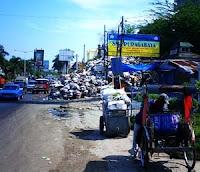 Sampah_menumpuk_jalan_Raya