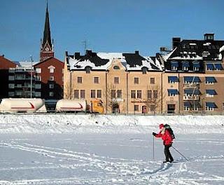 I Luleå är det alltid nära till skidterrängen. Dam svischar förbi domkyrkan.