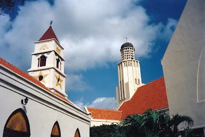 Oude kerk (1864) en Nieuwe kerk (1950) in Oranjestad, Aruba