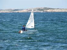 Fredrik ute och seglar Optimist