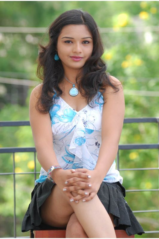 Yamini is started to expose her hot assets ... see yamini's hot thighs