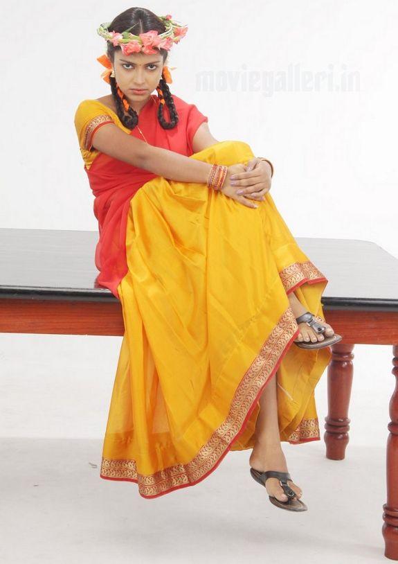http://1.bp.blogspot.com/_sb9yp2CsJVU/S6rIXkO2ssI/AAAAAAAASRo/JSkYUuQX6ew/s1600/actress-amala-paul-sindhu-samaveli-movie-stills-06.jpg