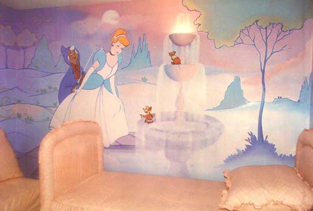 Fantasía de dibujo animado Dysney en los muros de la habitación.Mural con personajes