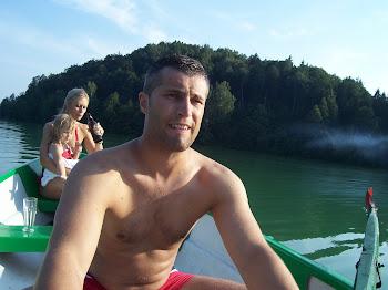 pływaliśmy łódką wypatrując skarbu.