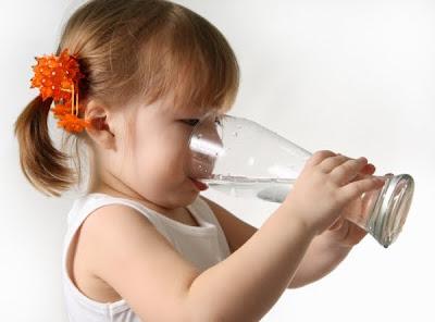 Evite a desidratação infantil no verão com dieta leve e muito líquido!