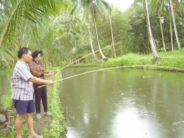 Mami & Papiku lg asik mancing ikan