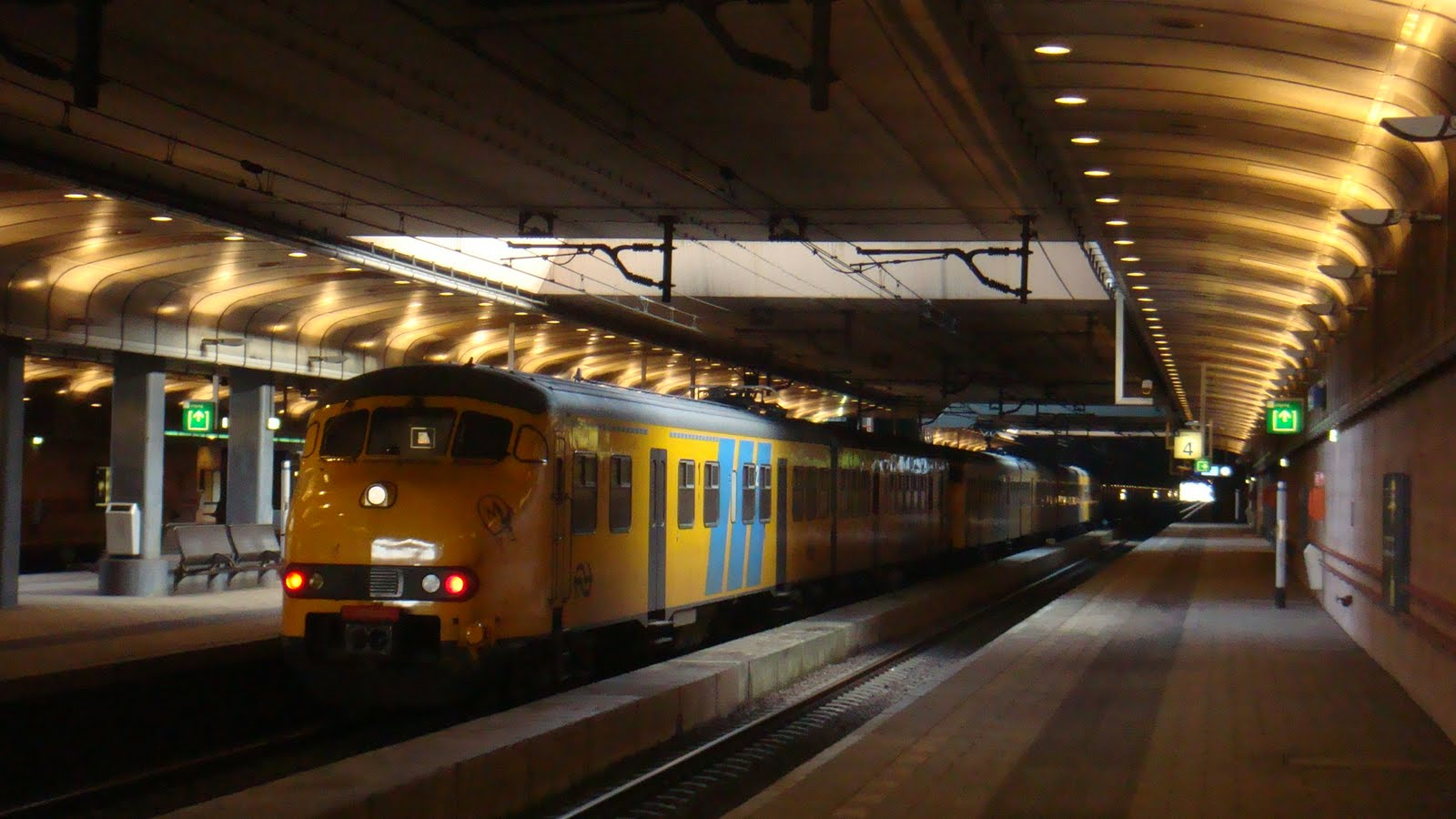 how to get from eindhoven airport to train station