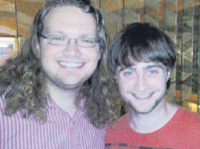 Daniel Radcliffe comparece a um casamento na Inglaterra