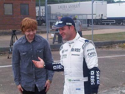 Rupert Grint grava programa automobilístico com Rubens Barrichello