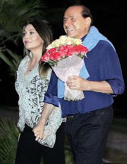 Berlusconi y esposa