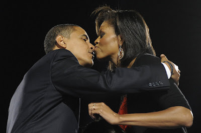 El beso del triunfo: Obama besa a su esposa