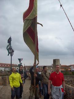 Pendón de Carrizo de la Ribera en el puente