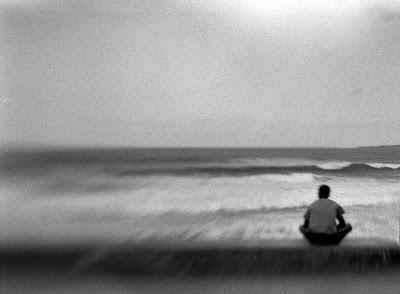 Sentado mirando al mar