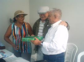 ENTREGA DO BRINDE SORTEADO EM COMEMORAÇÃO AO DIA DOS PAIS.