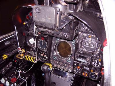 Detalhes do cockpit do caça Mirage III da FAB.