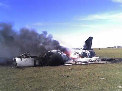 Mirage III argentino acidentado e em chamas após falha mecânica.