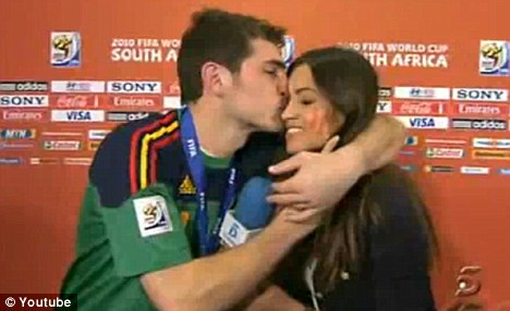 lionel messi girlfriend pictures. lionel messi girlfriend kiss.