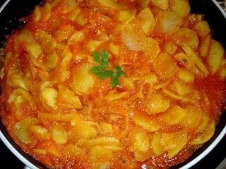 Cazuela de patatas fritas con salsa de tomate