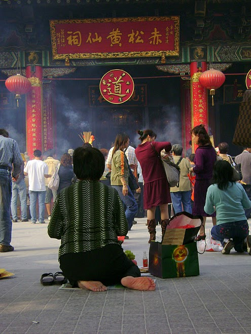 CHINA / HONG KONG - Worshippers at a temple. / @JDumas