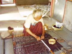 Siap Menenun Sarung