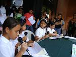 Los niños y niñas defienden el derecho a la libertad de expresión.