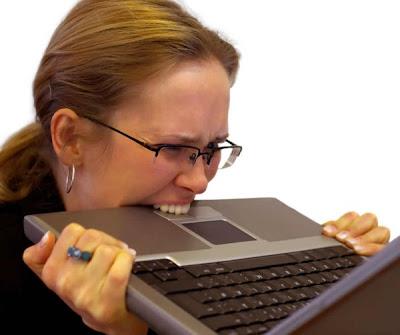 Mulher estressada comendo o computador