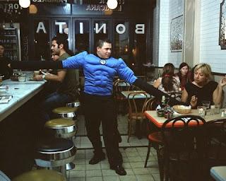 Homem elástico servindo mesas