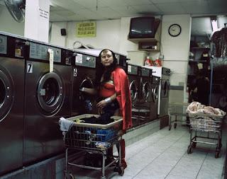 Mulher maravilha lavando roupa
