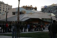Jaume Fuster Library, people waiting in line