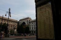 Plaza de la Scala, se puede ver el cartel publicitario del concierto cancelado de Oasis