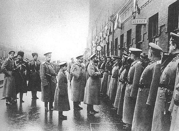 На фото: Государь Николай II в Могилеве в Ставке Верховного...