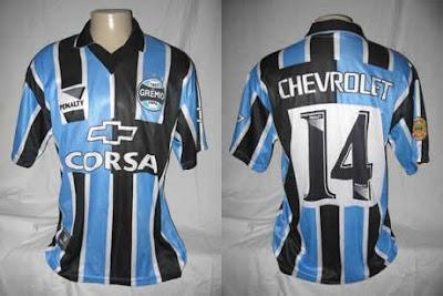 c5f68848f3 Camisa de 1998. Chevrolet passou a patrocinar o Grêmio. Novidade na camisa  era a gola preta e