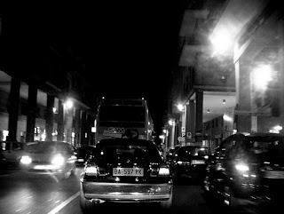 Fotografia del traffico in città di notte