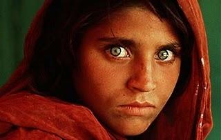 Primo piano di una ragazza dagli occhi verdi