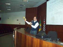 Prof. Marcelo ministrando no auditório da Faculdade.