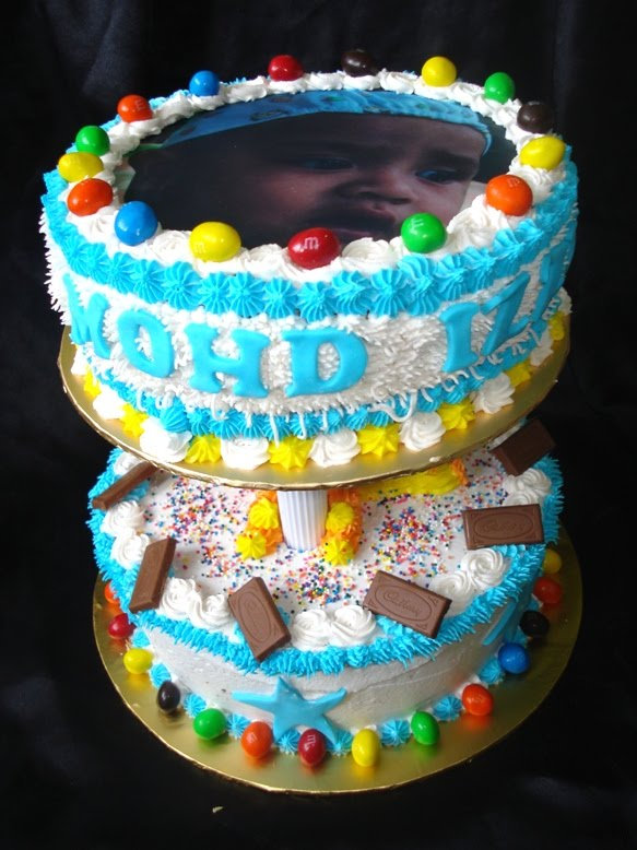 Anis Magic Fingers: 2 tier birthday cake with edible image and M&M