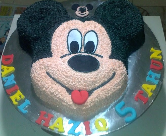 Anis Magic Fingers: Buttercream Mickey Mouse Cake